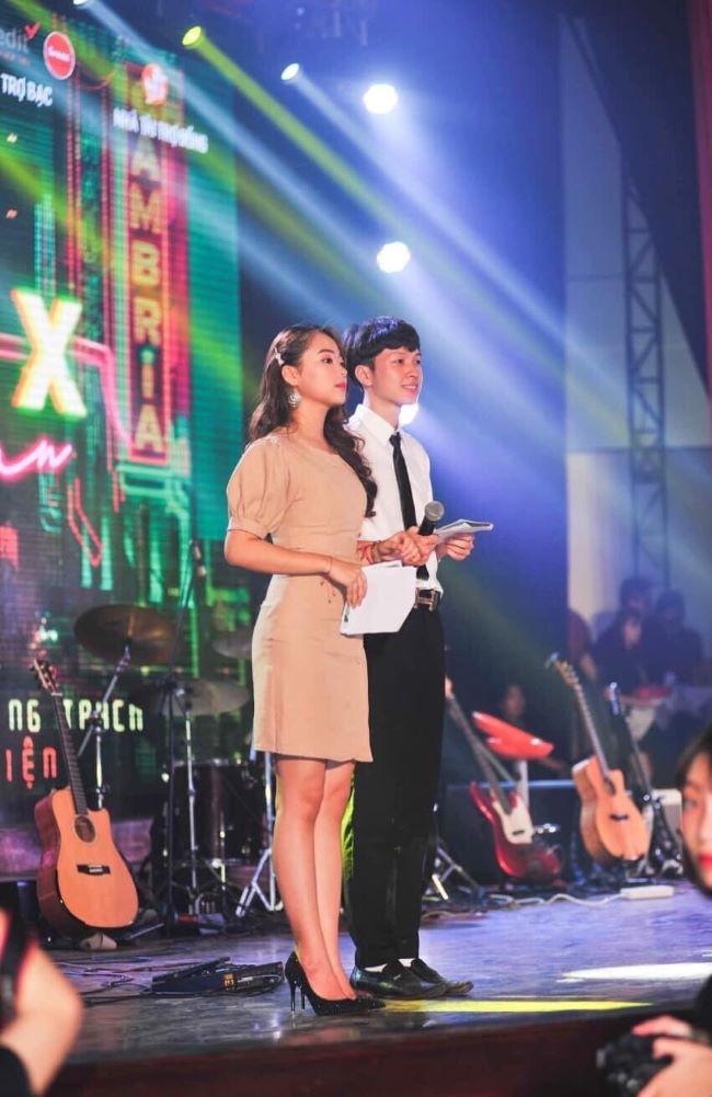 Vy Ly với vai trò làm MC trong sự kiện của trường