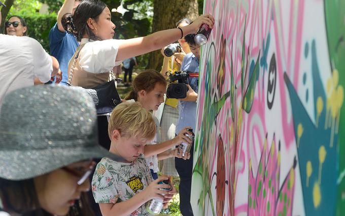 Khán giả vẽ graffiti dưới sự hướng dẫn của nghệ sĩ khách mời Suby One. Ảnh: Đạt Vũ.