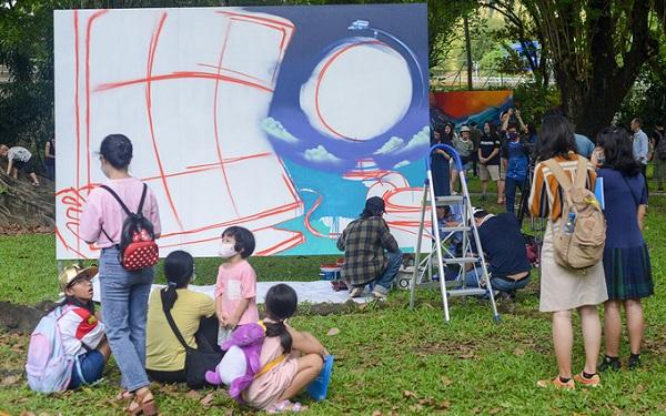 Sáng 24/4, khán giả có mặt từ sớm xem nghệ sĩ Kleur biểu diễn graffiti. Các tác phẩm hoàn thiện được trưng bày dọc tường Dinh thự Tổng lãnh sự Pháp, quận 1, từ ngày 26/4 đến 26/7, sau đó trưng bày tại nhiều thành phố trong nước. Ảnh: Đạt Vũ.