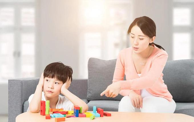 Những lời nói của cha mẹ dành cho con cái mỗi ngày chỉ có 20% nội dung khích lệ mang tính tích cực. Ảnh: chinanews.