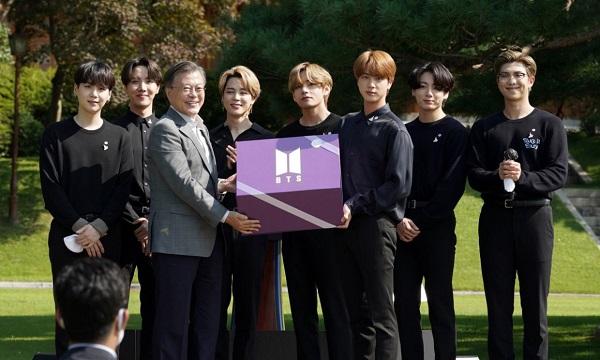 Các thành viên BTS diện kiến Tổng thống Hàn Quốc Moon Jae In tại sự kiện Ngày thanh niên diễn ra hồi tháng 9 năm ngoái ( ẢNH: THE KOREA HERALD)